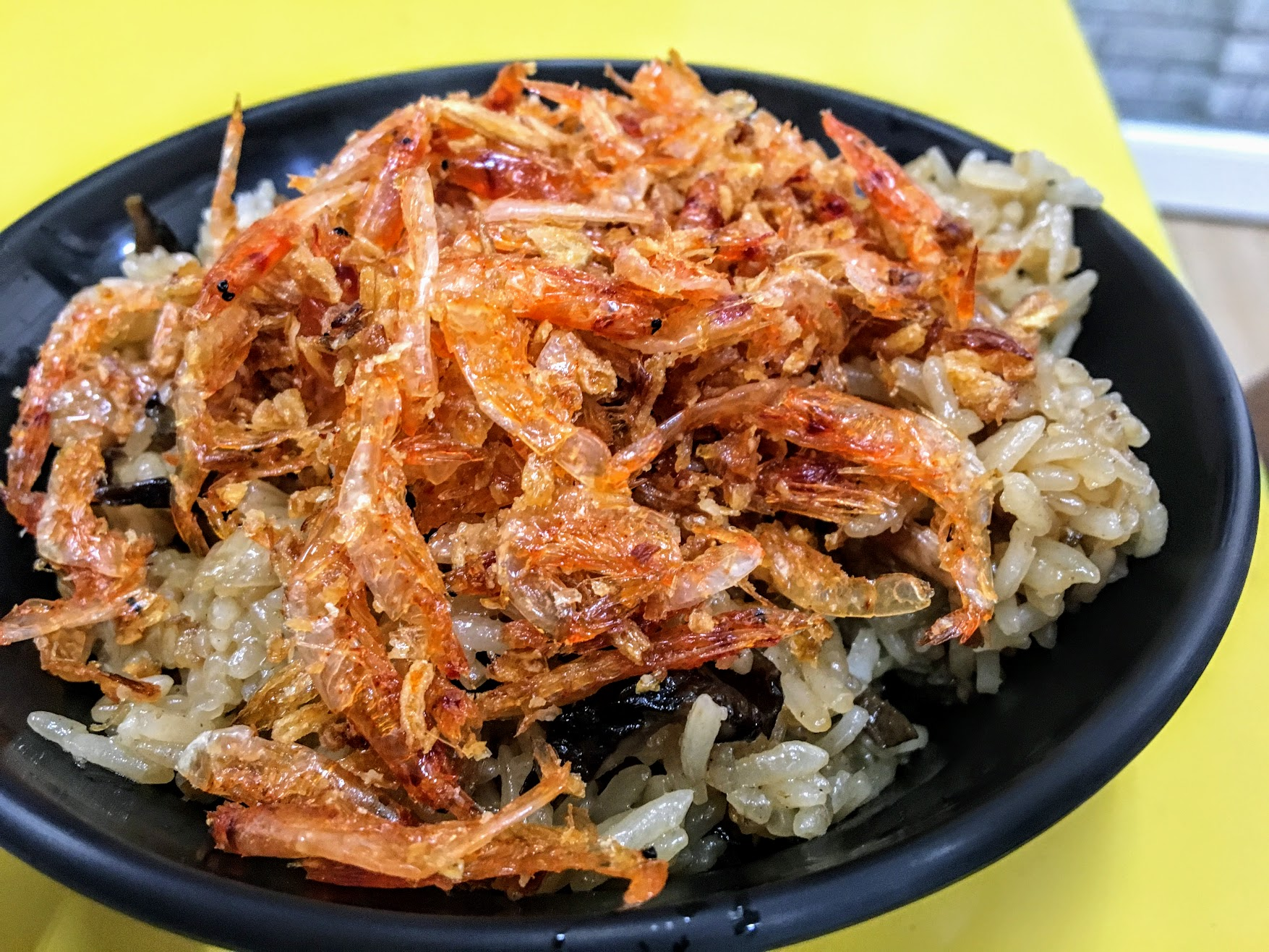 櫻花蝦油飯,底下還是油飯的,上頭則灑上一堆櫻花蝦啊