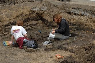 Photo: Opgravingen op de Markt ter hoogte van de bibliotheek. De overblijfselen van een oeveraanleg werden teruggevonden. Stroomde er een Leiearm over de Markt?