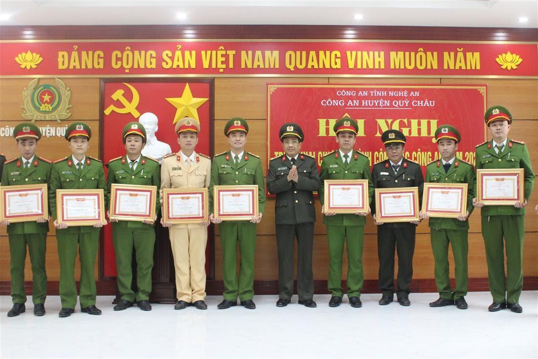 """Đồng chí Đại tá Hồ Văn Tứ – Phó Giám đốc Công an tỉnh trao tặng danh hiệu """"Chiến sỹ thi đua cơ sở"""" cho các cá nhân đạt thành tích xuất sắc."""