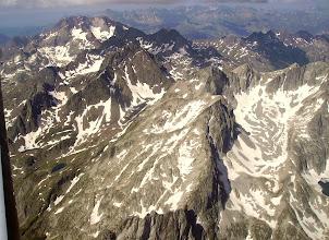 Photo: Vision aérienne sur la Grande Fache 3005m (au centre) et sur les crêtes de la Petite Fache 2947m, de la Pène d'Aragon 2918 m et du pic de Cambalès 2965m à droite.