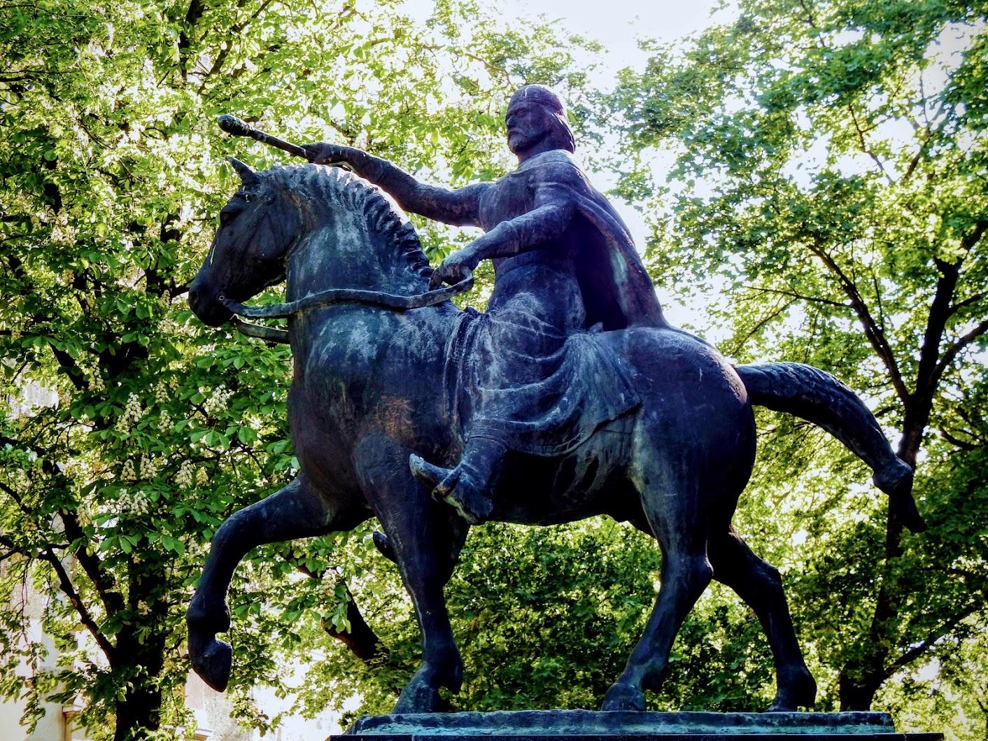 Esztergom - Szent István király lovas szobra a bazilika mellett