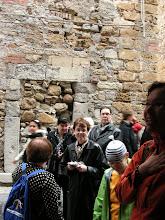 Photo: Cefalù, antiikin piirtokirjoituksen uusintakäyttöä talon seinässä.