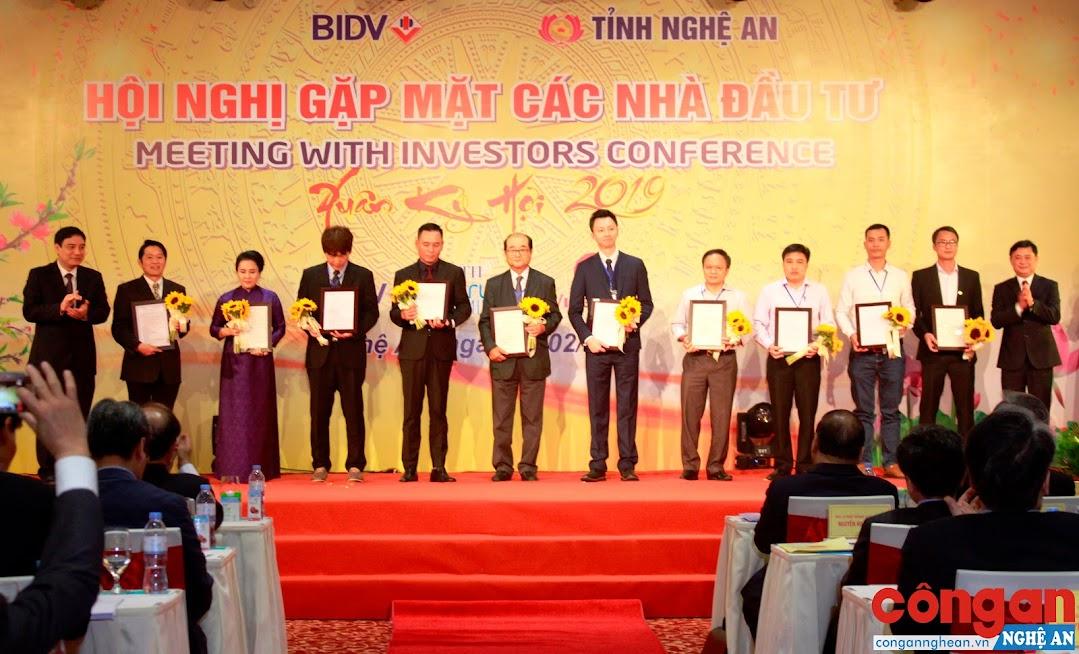 Lãnh đạo tỉnh Nghệ An trao giấy chứng nhận cho các nhà đầu tư