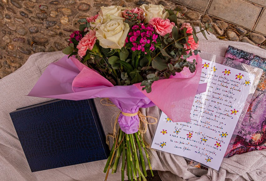 Un ramo de flores, la placa y las muestras de agradecimiento para esta mujer admirable.