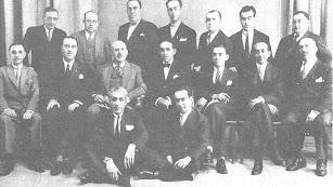 Marañón  con pajarita, a su lado el pintor Zuloaga y el escritor  Pérez de Ayala, en  Almería, junto a la directiva del Colegio de Médicos.