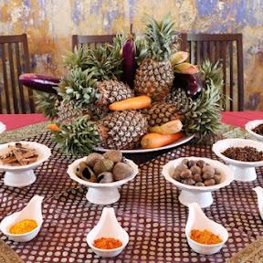 魚のすり身にココナッツミルクやスパイスなどを練り込み、ヤシの葉に包んで焼いたニョニャ料理「オタオタ(Otak Otak)」
