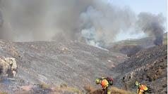 Personal del Infoca trabajando en la zona afectada por el fuego. /Plan Infoca