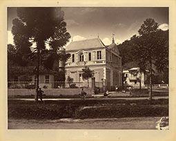 Photo: Rua do Imperador, esquina com Rua Paulo Barbosa. Neste prédio funcionou a antiga Embaixada da Inglaterra, posteriormente da França. Aí hoje está o Edifício Imperador. Foto de 1874