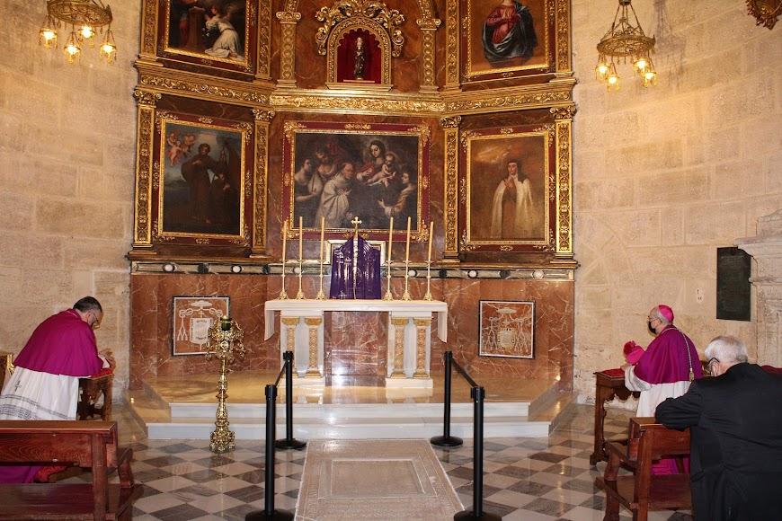 El obispo coadjutor, el obispo de Almería y el arzobispo metropolitano de Granada orando ante el Santísimo en la capilla de la Piedad.