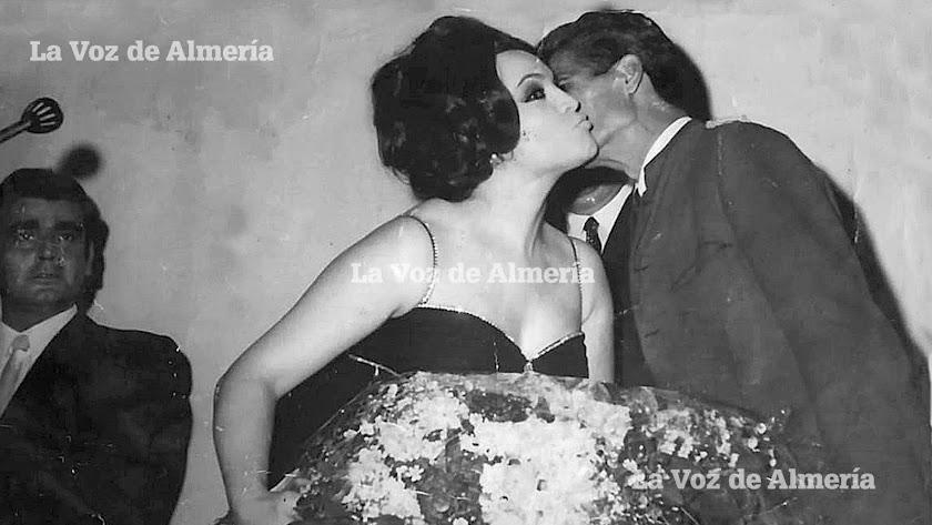 Uno de los sueños de Pedro Corrales era darle un beso a Sara Montiel. Consiguió hacer realidad su objetivo, pero el fotógrafo lo cogió de perfil.