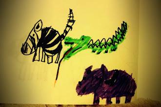 Photo: お尻をケガしたシマウマを看病するワニ、見守るカバ