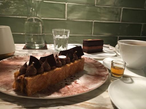 點了千層及若水,巧克力順滑甜而不膩,強烈建議可先提前預約才不會導致到現場等不到位子的窘況