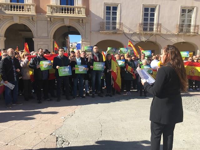Rocío de Meer leyendo el manifiesto frente al Ayuntamiento de Almería.