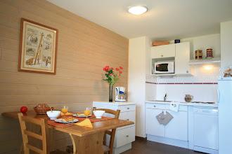 Photo: Une cuisine et un coin repas d'un appartement (photo non contractuelle)