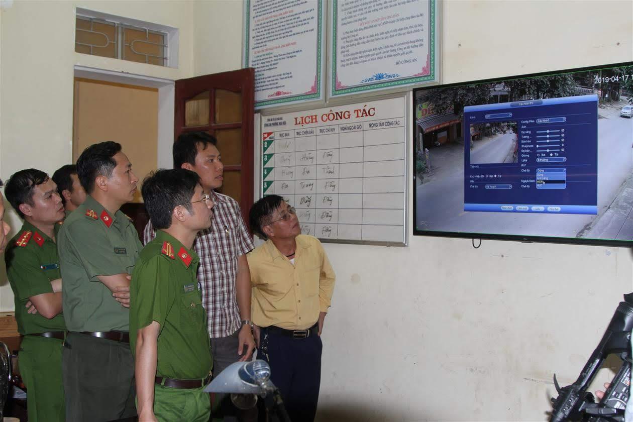 """Các đại biểu tham quan mô hình """"Camera cộng đồng"""" tại phường Hòa Hiếu"""
