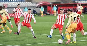 El defensa presiona a Raúl de Tomás en el partido ante el líder Espanyol.