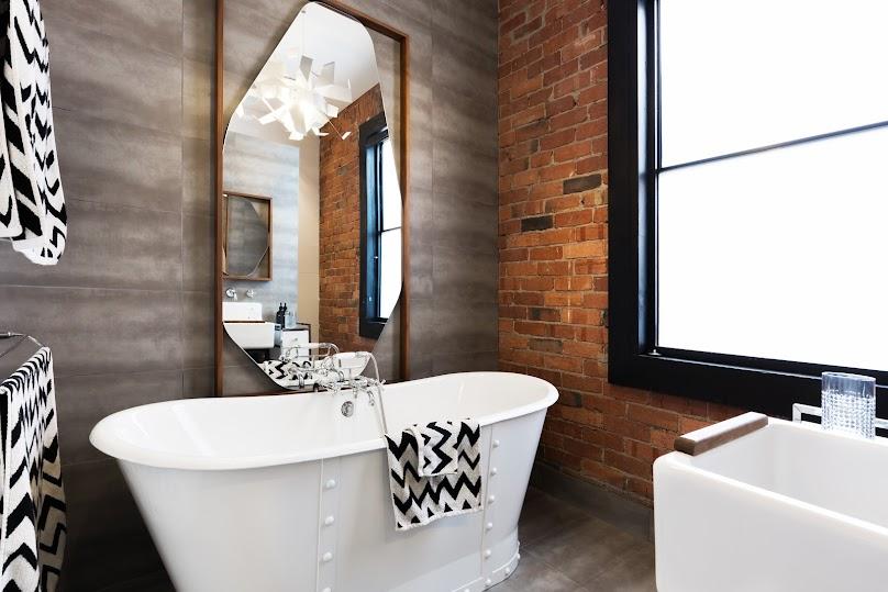 Łazienka z cegłą na ścianie