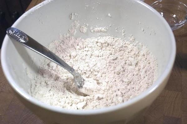 Mix the sour cream into the flour.