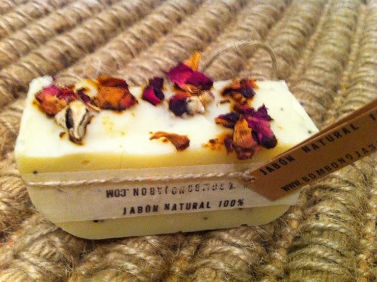 Jabón aroma jazmín con pétalos de rosa y semillas de amapola.