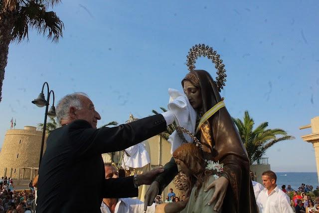 El alcalde, Gabriel Amat, lavando la cara a Santa Ana el pasado año.