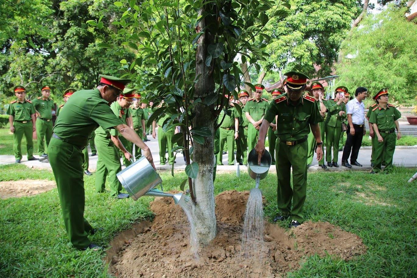 Đoàn công tác trồng cây lưu niệm trong khuôn viên Khu Di tích Kim Liên