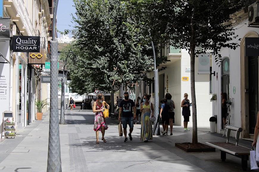 De paseo por la calle peatonal de Reyes Católicos.