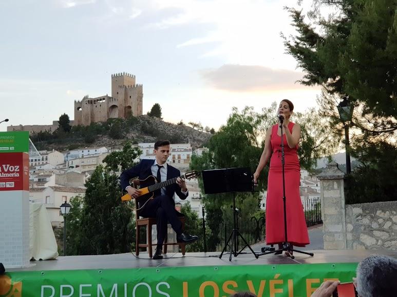 La guitarra de José Carlos Linares y la voz de Alicia Rojas, en un descanso de la entrega de premios.