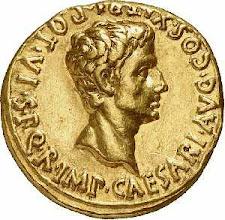 """Photo: Zum Vergleich ein Aureus mit Kopf des Augustus aus dem Staatlichen Münzkabinett Berlin  [http://www.smb.museum/ikmk/object.php?id=18202564]. Augustus """"der Erhabene"""", geb. 63 v. Chr., regierte von 31 v. Chr.  bis 14 nach Christi. Die Umschrift lautet: [ S .  P .  Q .  R .  IMP . CAESARI . AVG . ] COS . XI . TRI . POT. VI (= Senatus Populusque Que Romanus Imperatori CAESARI Augusto Consuli XI Tribunicia Potestate VI). """"Senat und Volk von Rom (widmen diesen Bogen) dem Imperator Caesar Augustus, zum elften Mal Konsul und zum sechsten Mal Inhaber der Gewalt eines Volkstribunen."""" Weitere Informationen unter http://www.landschaftsmuseum.de/Seiten/Lexikon/Muenze.htm"""