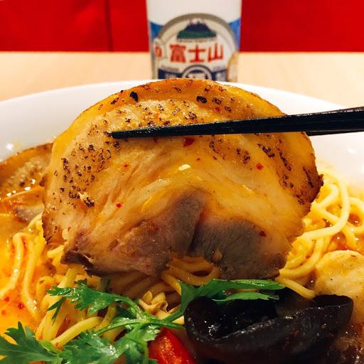 這是一間將泰式料理與日本拉麵完美結合的一間店,自熬雞湯與南洋香料熬煮的泰式東央貢湯頭,食材用料很用心,無添加味精,搭配炙燒叉燒,一碗才160元,真正物超所值的一家泰式拉麵店!