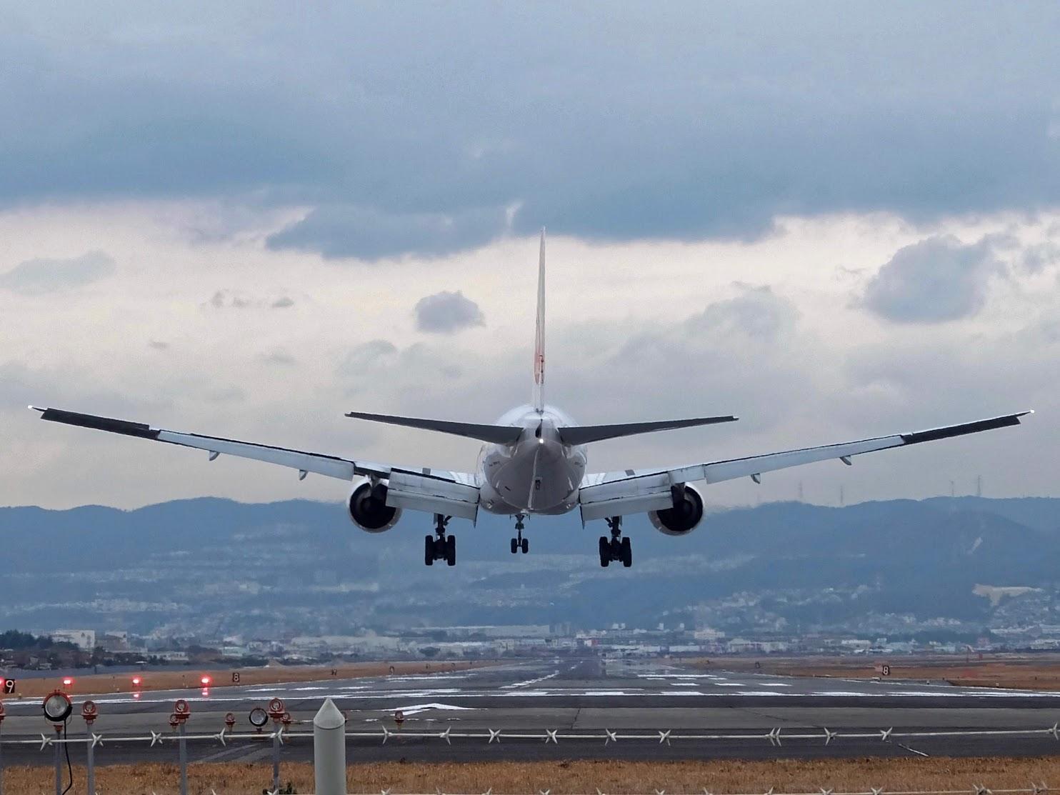 Boeing 777-300 Landing at Osaka International Airport