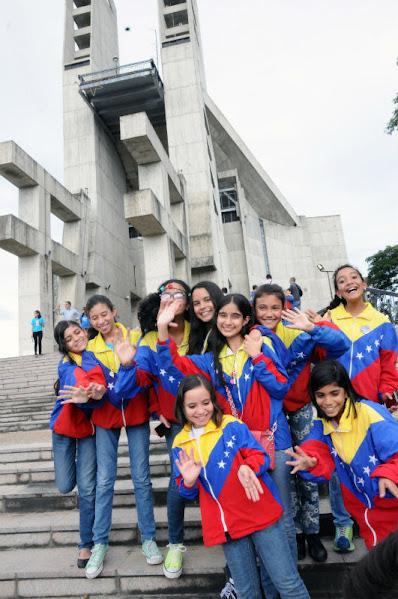 La frescura del grupo femenino se tornó en la captura imperdible de las cámaras de fotografía y registro fílmico. El templo Votivo de la ciudad de Guanare se llenó de color y alegría con el paso de la Sinfónica Nacional Infantil por el Santuario de la Virgen de Coromoto.