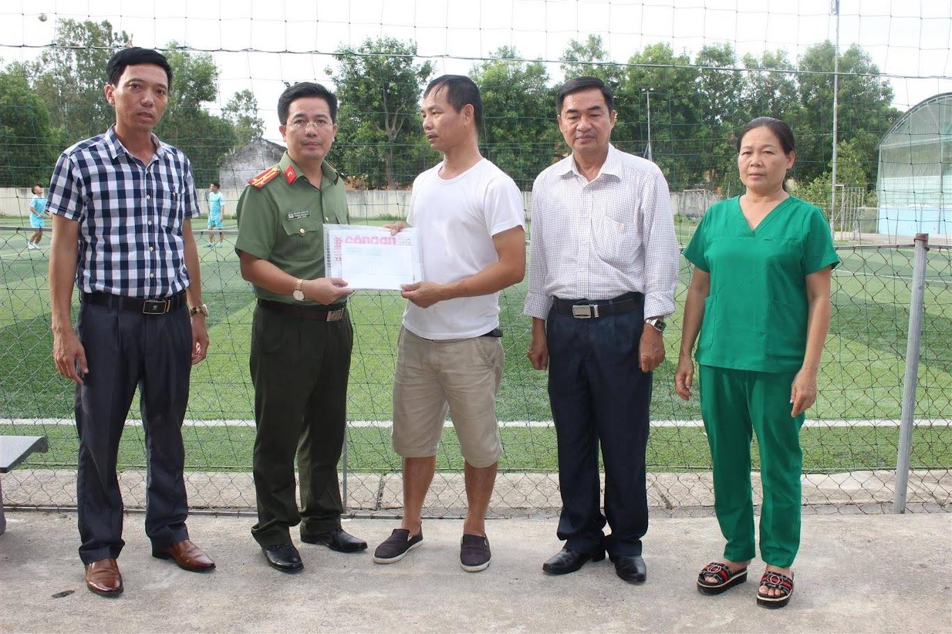 Đại diện Báo Công an Nghệ An tặng quà cho gia đình có hoàn cảnh khó khăn trị giá 2 triệu đồng