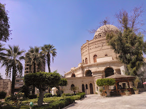 Photo: saliendo del museo, puede verse la iglesia de san jorge, que está en el predio contiguo