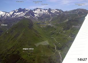 Photo: Vision aérienne de la route d'accès à la station de Luz-Ardiden.