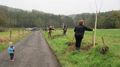 Photo: Náhodný pocestný se nestačil divit kolik se v pátek 28.října 2011 sešlo pod Lojovicemi lidí.