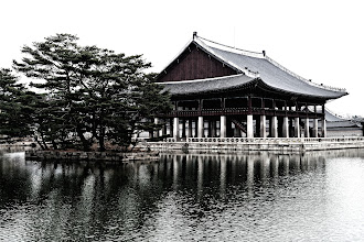 Photo: Gyeonghoeru was where the king threw formal banquets for foreign envoys. Greatly expanded from a small pavilion under King Taejong in 1412, Gyeonghoeru was burned down during the Japanese invasion of 1592, but rebuilt in 1867. 48 stone columns supporting the pavilion with no walls.