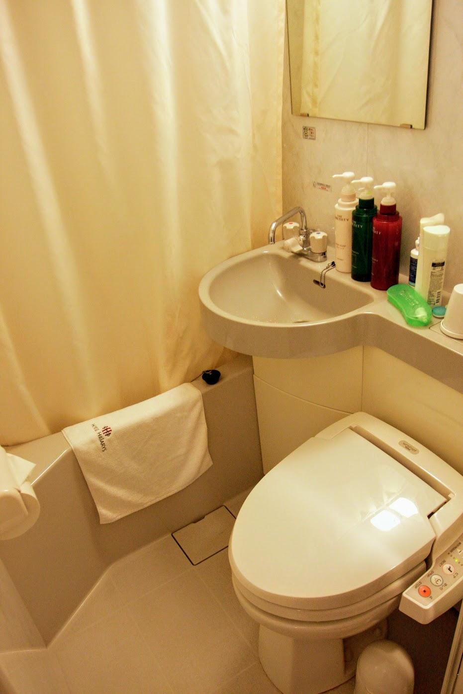 浴室就這樣,不大,左邊是泡澡,右邊是馬桶,沒有多餘空間囉