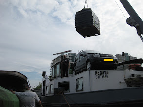 Photo: Je moet er wel vertrouwen in hebben zo boven je auto.
