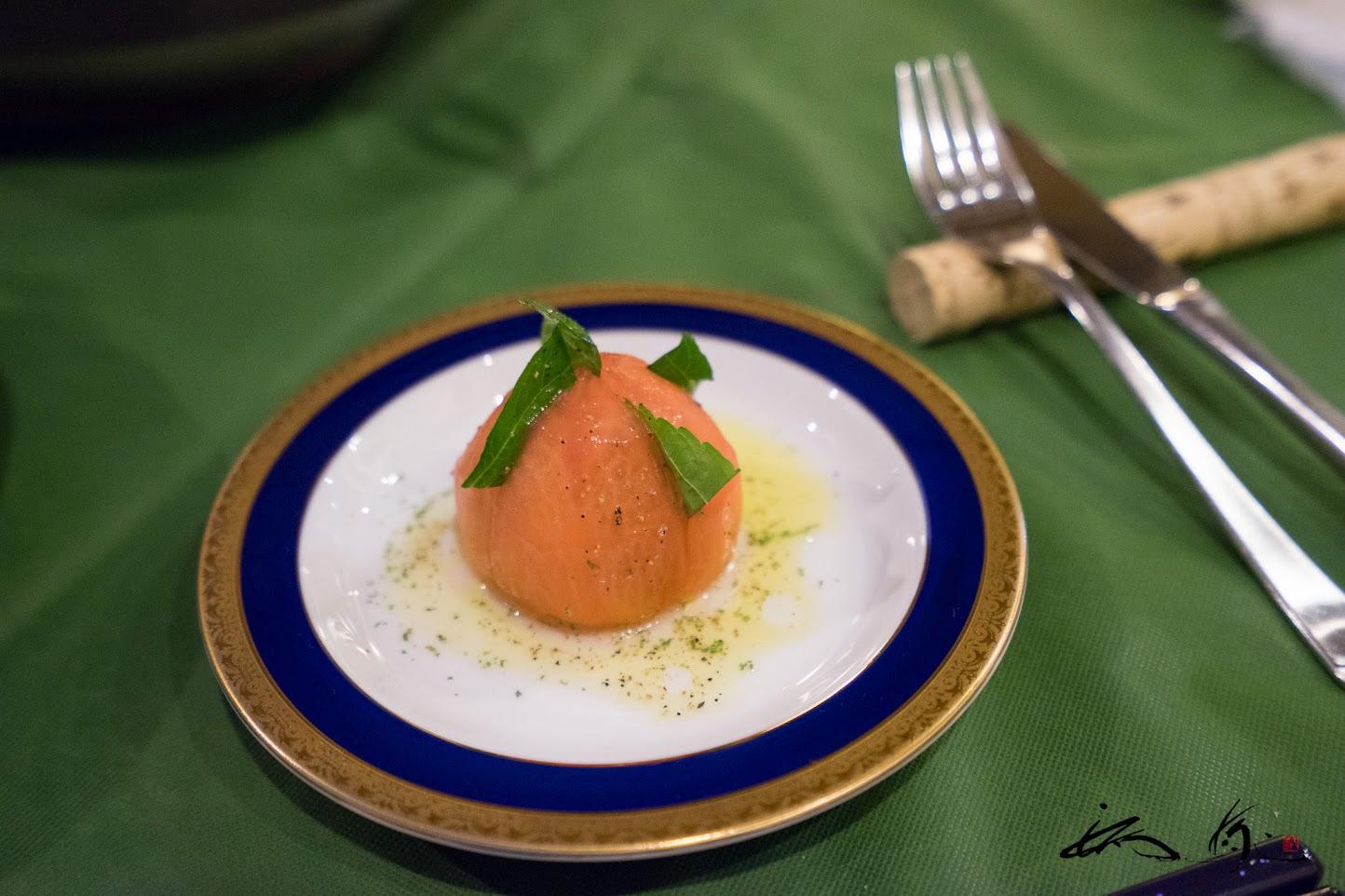 トマトサラダ「下着をはいたトマト」