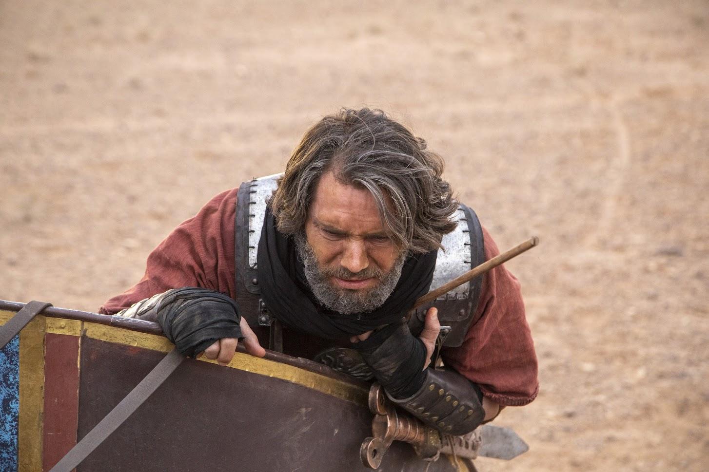 Rei Acabe (Andre Bankoff) sofre após ser atingido por um flecha
