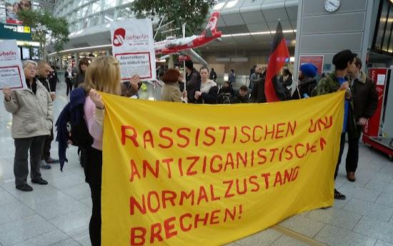 Protestler mit Transparent: »Rassistischen und antiziganistischen Normalzustand brechen!«.