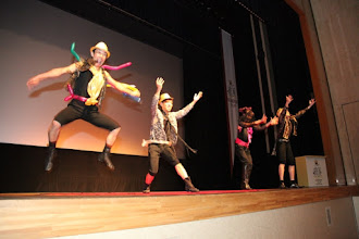 Photo: 2010年08月21日 躍動!  パフォーマンス隊、お客さんとのキャッチボール。 嬉しさの表現!?