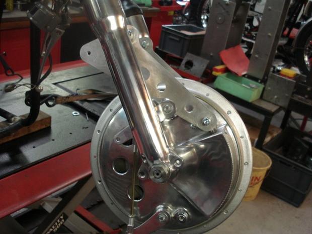 Machines et Moteurs à réalisé ce montage d'un frein à tambour 4 cames Ceriani sur une fourche de Norton Commando.