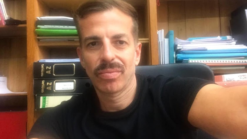 Francisco Javier Torres, profesor y activista LGBT+, en su despacho.