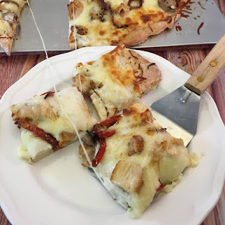 White Garlic Cheese Sauce Pizza with Grilled Chicken, Mushrooms and Red Peppers