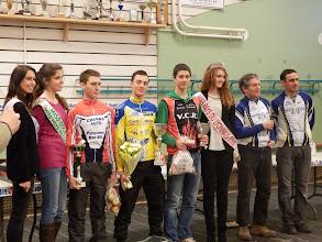 Photo: Trois coureurs sur le podium, trois miss. Bonne proportion ...