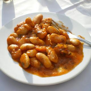 (Greek baked white beans in tomato sauce).