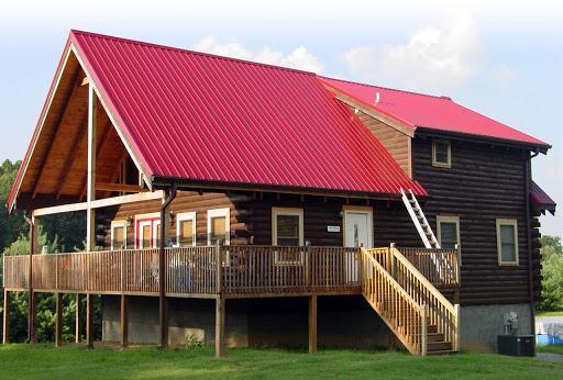 Nhà gỗ với mái tôn màu đỏ đậm