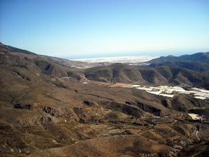 Photo: Castala (Almería) 26 feb. Al fondo, mar de plásticos de El Ejido.