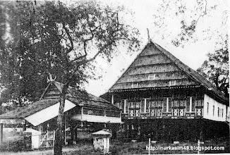 """Photo: Rumah Raja Bone La Pawawoi yang disita oleh Pemerintah Hindia Belanda pada tahun 1907. Pada tahun 1914, rumah ini dibawa ke Semarang, Jawa Tengah mewakili Pameran Paviliun """"Celebes"""" (Sulawesi). Setelah pameran, dikembalikan ke Makassar dan ditempatkan di  sudut Hospitalweg dan Marosweg, Makassar (sebelah timur Lapangan Karebosi) yang kemudian ditempati  Kantor Kehutanan dan Museum Belanda http://nurkasim49.blogspot.ca/2011/12/ii.html"""